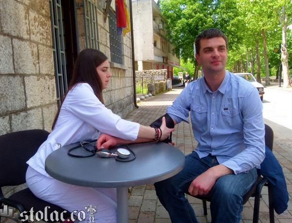Stolac: Mjerenje tlaka i šećera u krvi povodom Tjedna Crvenog križa