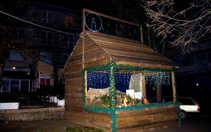 Foto: Okićen Božićni bor i upaljena prva adventska svijeća na stolačkim Jaslicama