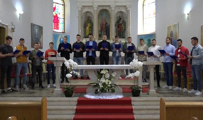 """Video: Psalam 51 """"Smiluj mi se Bože"""" u izvedbi članova stolačkog župnog Folklora i crkvenoga zbora """"Mladi"""""""
