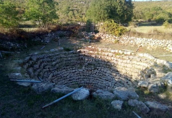 Foto: U Boljunima vandali uništili sve oko nekropole