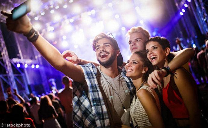 WHO: Mladi moraju ograničiti odlaske na zabave i preuzeti odgovornost
