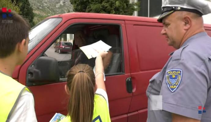 Video: VOZAČI OPREZ: Školarci izloženi prometnim opasnostima