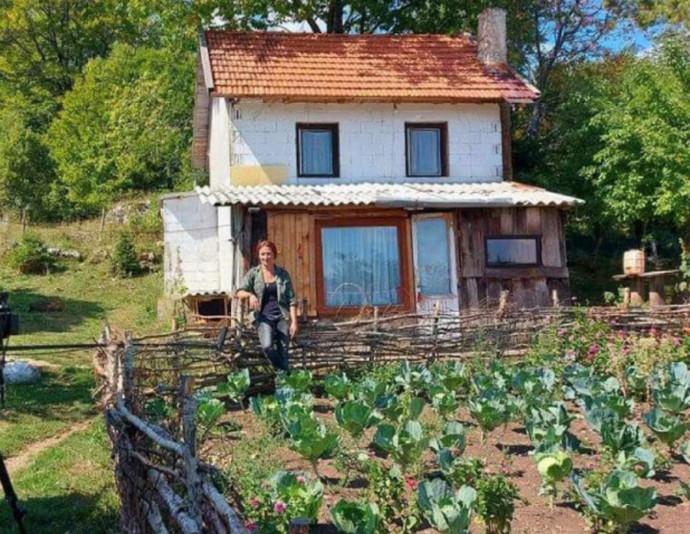 Video: Valentina Duvnjak, djevojka koja cijepa drva, šaluje, zida, bavi se poljoprivredom i živi od sela