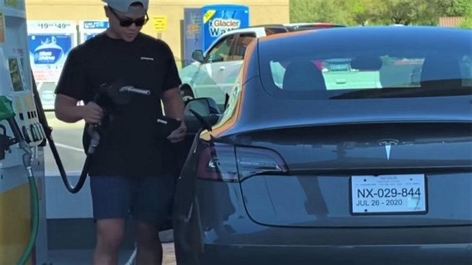 Video: Ono kad pokušaš natočiti gorivo – u Teslu