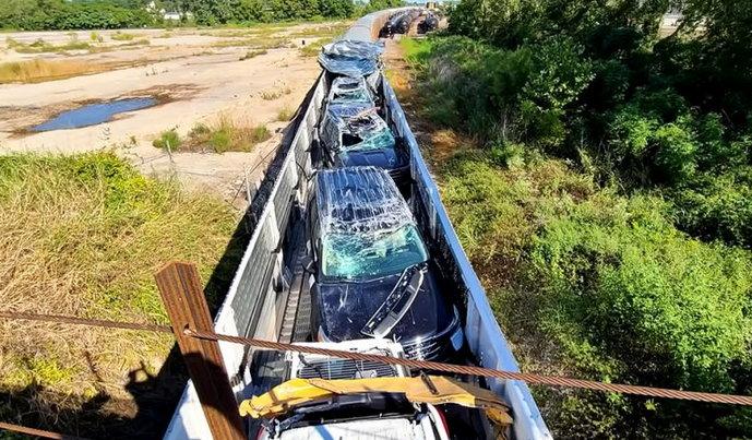 Video: Vlak pun novih automobila zaglavio u preniskom mostu