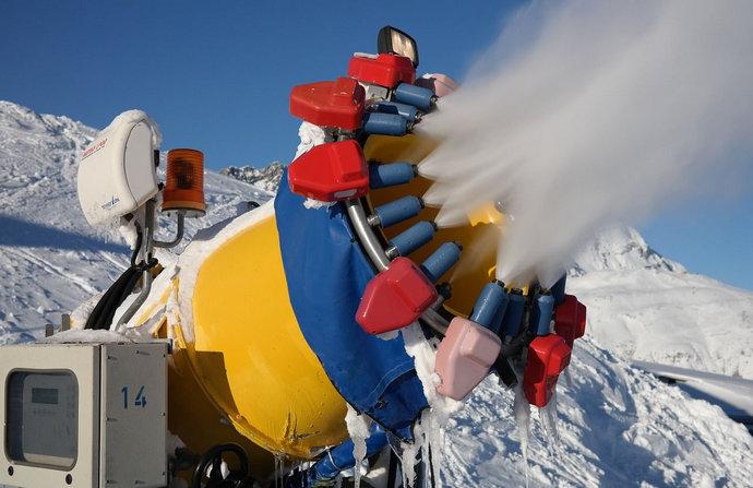 Sredstva za dezinfekciju u Alpama raspršuju snježnim topovima