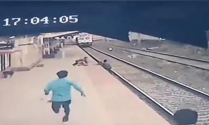 Video: Indijac spasio dječaka s tračnica u trenutku dolaska vlaka
